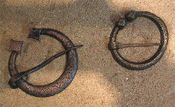 Фибулы с ромбическими окончаниями дрота из курганов Каупа, Х век (фото Зиборевой Н.А.)
